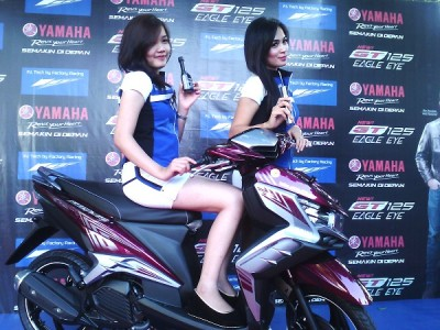 Dua model berpose di atas Yamaha New GT 125 Eagle Eye dalam peluncuran di Balai Kota Bandung, Sabtu (25/1/2014). Matik kembali mencatat penjualan tertinggi bagi pabrikan asal Jepang tersebut. (JABARTODAY/AVILA DWIPUTRA)