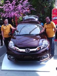 Direktur PT Honda Bandung Center (HBC) Iwan Tjandradinata (kiri) dan Operational Manager PT HBC Eko Kunwinsono berpose di depan produk anyar Honda, Mobilio, Minggu (26/1/2014). Dengan ini, Honda ikut meramaikan pasar MPV Low di Indonesia. (JABARTODAY/AVILA DWIPUTRA)