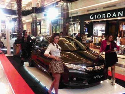 Para model berpose di depan produk baru Honda, All New City. Pada Senin (28/4), Honda resmi meluncurkan All New City khusus wilayah Jawa Barat dalam acara yang digelar di Trans Studio Mall. (JABARTODAY/AVILA DWIPUTRA)