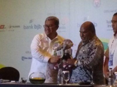 Ketua PB PON jabar, Ahmad Heryawan (kiri) memberikan maskot PON XIX Jabar kepada Gubernur Papua, Lukas Enembe.  jabartoday.com/erwin adriansyah