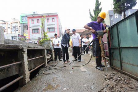 Wali Kota Bandung Ridwan Kamil meninjau pembongkaran jembatan di Pagarsih, Selasa (15/11). (diskominfo for jabartoday)