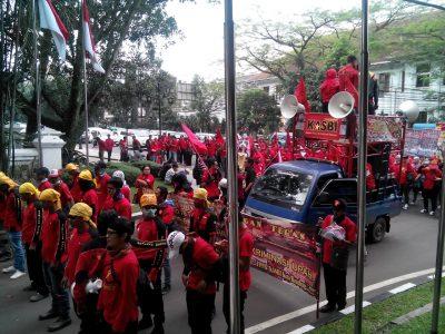 Ratusan massa buruh dari KASBI menggerudug Kantor Walikota Bandung, Kamis (17/11). (jabartoday/eddy koesman)