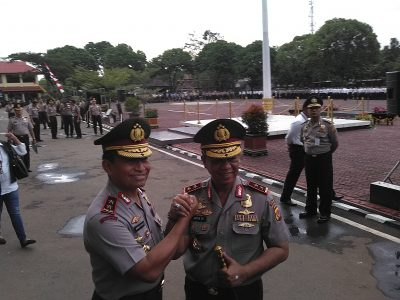 Kapolda Jabar Irjen Anton Charliyan memberikan salam komando kepada Irjen Bambang Waskito, usai pisah sambut, di Mapolda Jabar, Jumat (16/12). Anton menggantikan Bambang yang menjadi Kapolda Sulut. (jabartoday/avila dwiputra)