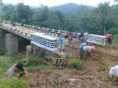 Puluhan warga Dusun jamuresi Desa Sukajaya Ciamis dan Warga Desa Selajambe Kuningan melakukan gotong-royong membuat jalan darurat menuju jembatan Jamuresi, Minggu (12/05/2013) (JABARTODAY.COM/FZF)