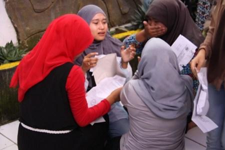 Tangis para siswi SMA Kadugede setelah menerima surat pengumuman kelulusan