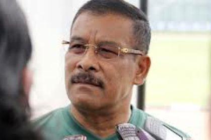 Manajer Persib Umuh Muchtar menelepon pemain belakang yang akan bergabung dengan Persib, Senin (5/11)