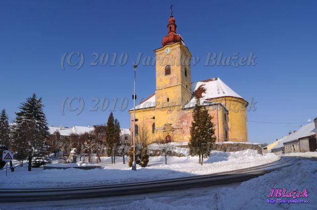 Náměstí s kašnou a kostelem
