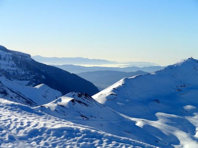 Desde la cresta se ven las pistas de Astún y al fondo el valle del Aragón, con nubes altas
