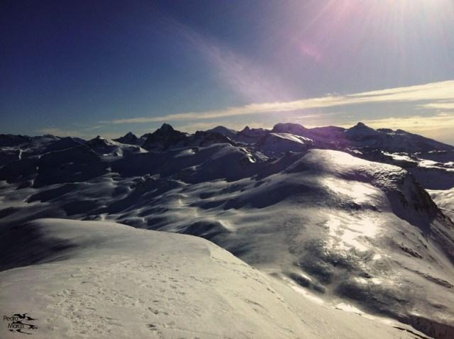 Desde la distancia, se puede ver cmi brilla el hielo cristal en zonas menos soleadas