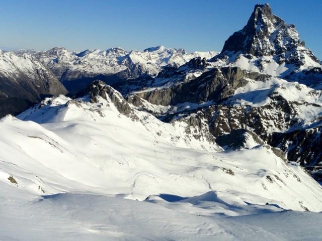 Midi d'Ossau y campos de nieve al sol