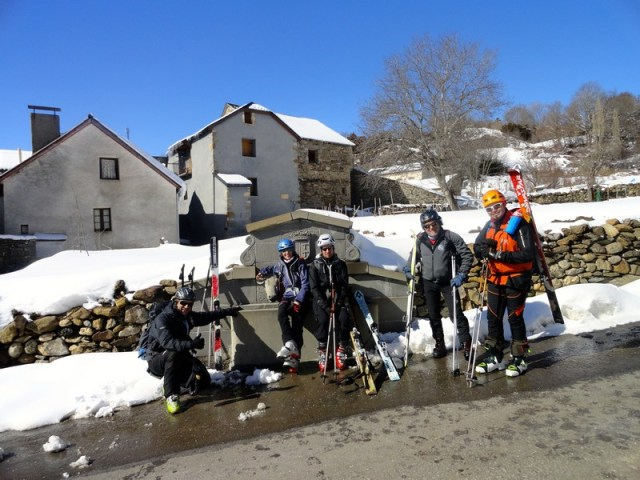 Foto de grupo, en la fuente de Hoz de Jaca