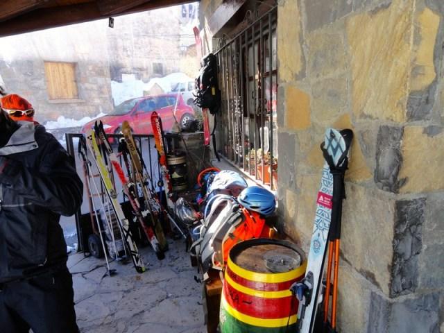 Perfecto, paravientos y banco para dejar mochilas, apoya - esquís, ...