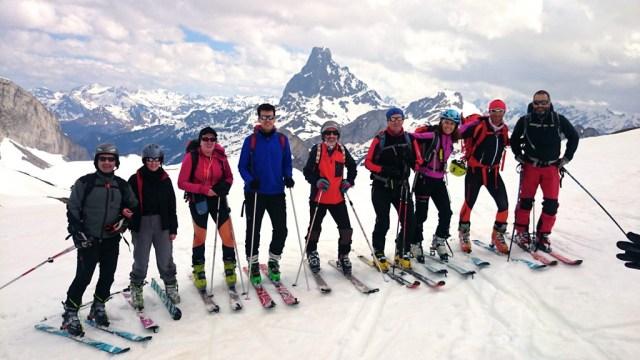 Foto de grupo en el Col des Moines, con el Midi al fondo
