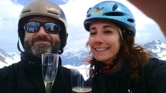 Astrid y Yeyo brindando en el Col des Moines