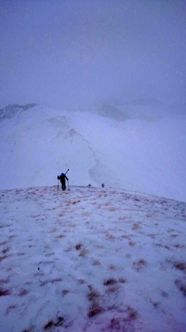 Astrid encabeza la subida la Malacara con los esquís en la mochila