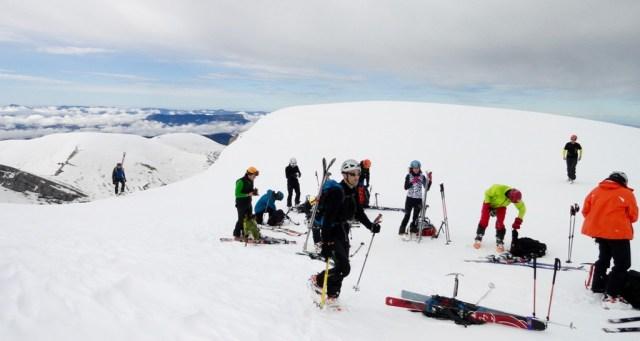 Quitando crampones y poniendo esquís para seguir boqueando, tras la subida al corredor