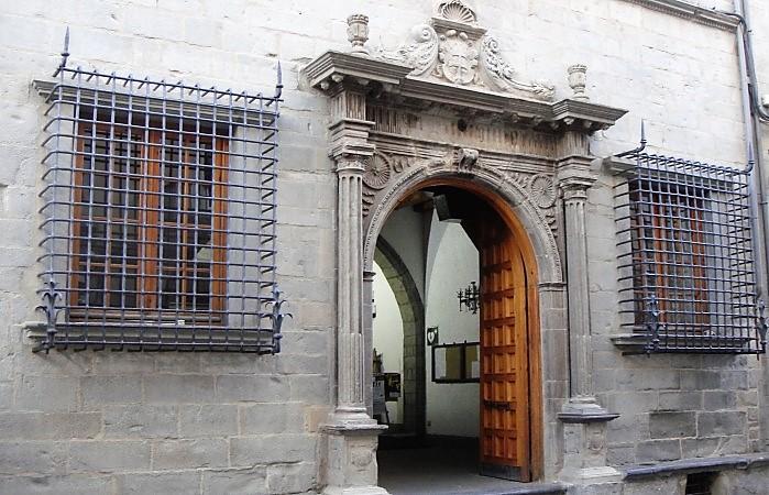 Vox pide más control para las casas de apuestas en Jaca y el reparto de mascarillas gratuitas. En la imagen, el Ayuntamiento de Jaca, en una imagen de archivo.