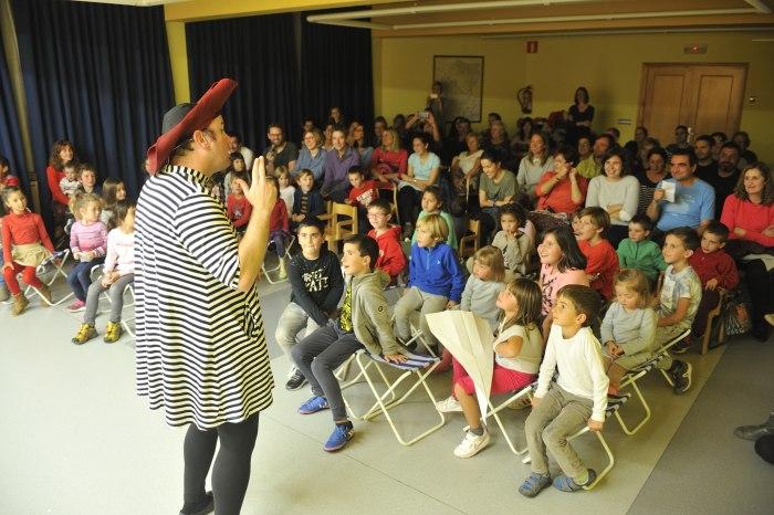 La sala llena durante la actuación de Marino Clown Company (Autor-Pablo Otin)