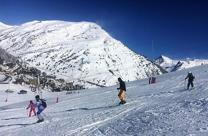 Vuelve el forfait más grande de España, un abono único para esquiar en las estaciones de Aramón, Astún y Candanchú.
