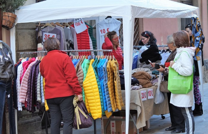 REMATE FINAL DE INVIERNO. Imagen de archivo de la campaña de comercio en la calle de Jaca (FOTO: Rebeca Ruiz)