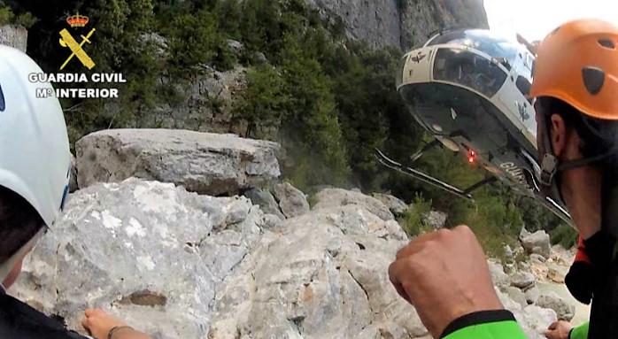 GUARDIA CIVIL. Un montañero fallece en el Pico Palas. (Imagen de archivo de un rescate en montaña).