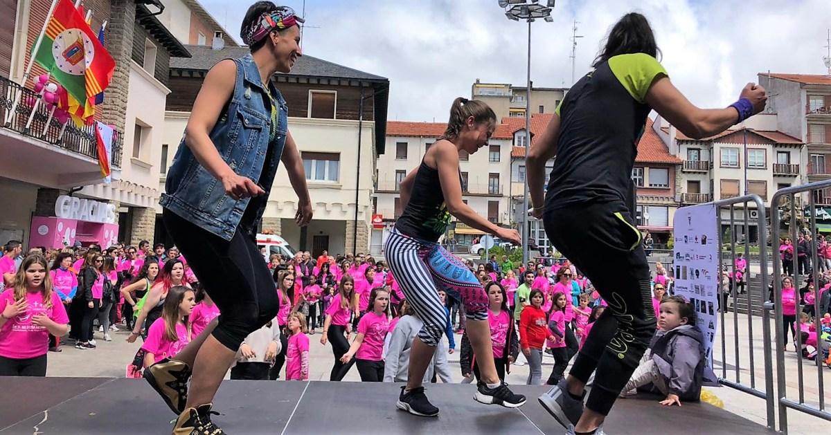 Más de 1.100 personas tiñen Sabiñánigo de rosa en la VI marcha contra el cáncer, toda una fiesta solidaria de GMS y la AECC
