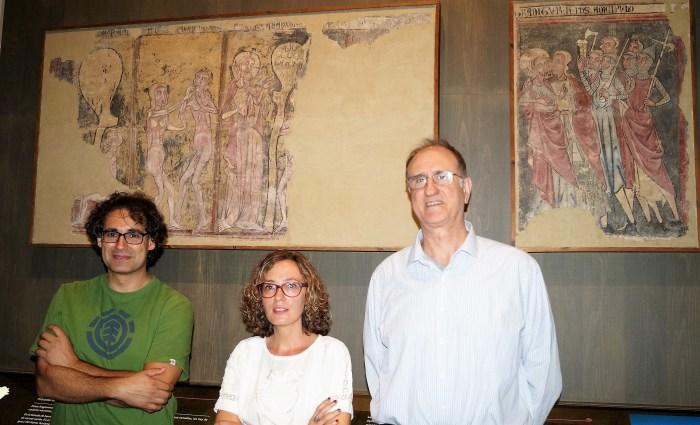 URRIÉS. Bote, Luque y Moreno ante las pinturas originales de Urriés, en el MDJ. (FOTO: Rebeca Ruiz)