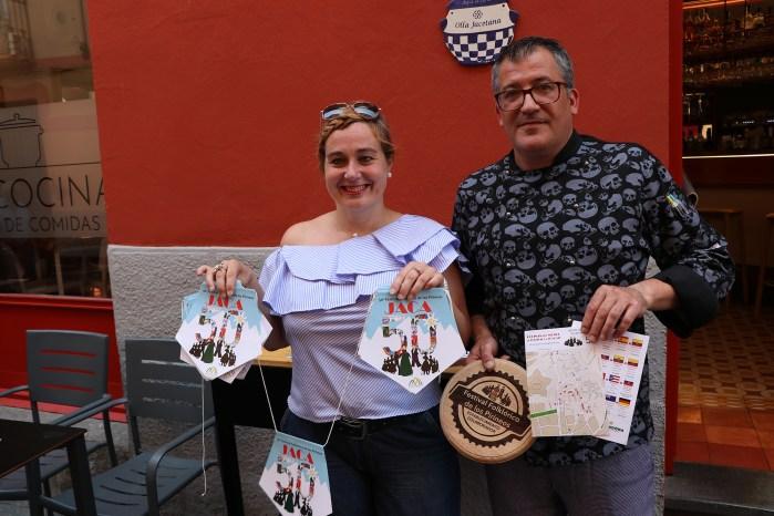 HOSTELEROS. Olvido Moratinos, con José Luis Pérez Chaparro, de La Cocina, uno de los participantes.