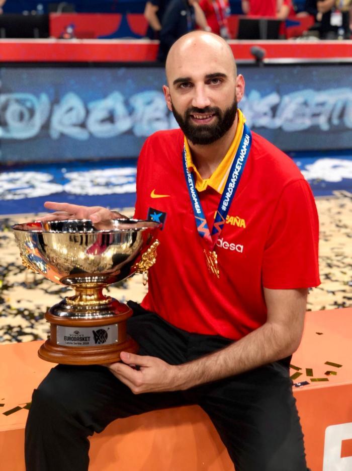 PALACIO. Con el trofeo del Eurobasket 2019.