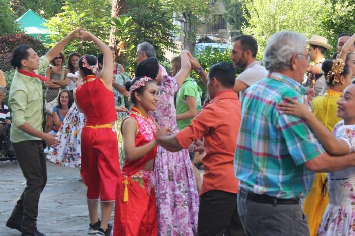 PASACALLES. Los representantes de distintos grupos, por las calles de Jaca. (FOTO: Javier Vaquerizo)