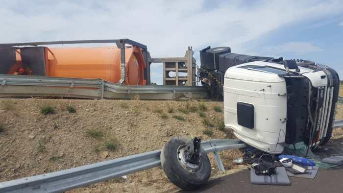 CLORO. El vehícuo siniestrado en la A 23 Íba cargado de cloro, pero no ha sufrido fuga en la carga en el accidente.