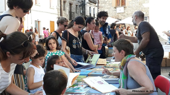 Villanúa celebra su VI Feria del Libro y del Cómic. En la imagen, de archivo, una edición anterior de la feria.