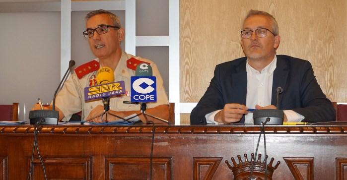 CURSO DE DEFENSA. Un momento de la presentación, con el Coronel Santamaría y el alcalde de Jaca, Juan Manuel Ramón. (FOTO: Rebeca Ruiz)