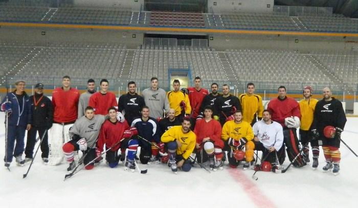 EN BUSCA DE LA VICTORIA. Entrenamientos del equipo jaqués en la pista de hielo durante esta semana. FOTO: CHJ