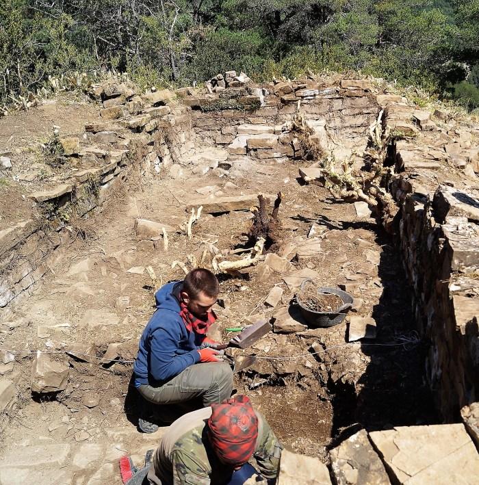 Trabajos en la iglesia prerrománica que dejaron al descubierto las primeras excavaciones en la zona. (FOTO: Rebeca Ruiz)