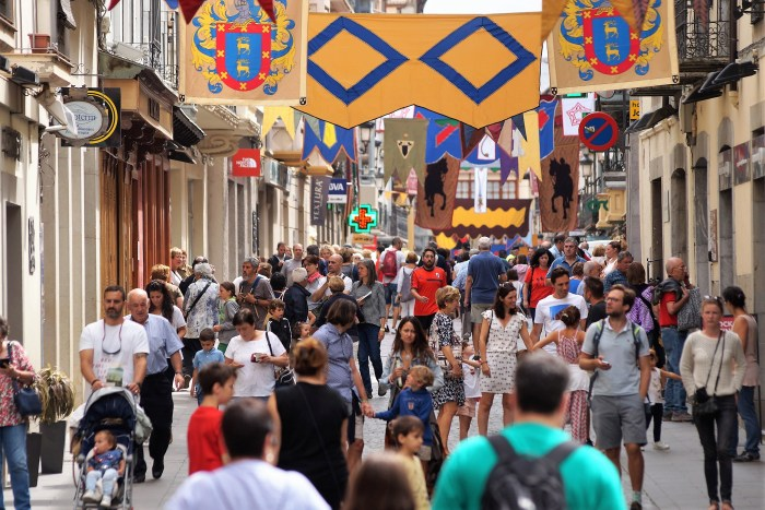 TURISTAS. Aspecto que presentaba la Calle Mayor de Jaca durante una de las jornadas del Mercado Medieval, la semana pasada. (FOTO: Rebeca Ruiz)