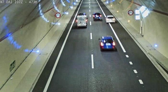 TÚNELES DE MONREPÓS. Momento en el que el conductor adelanta por la derecha. (IMÁGENES: Guardia Civil)