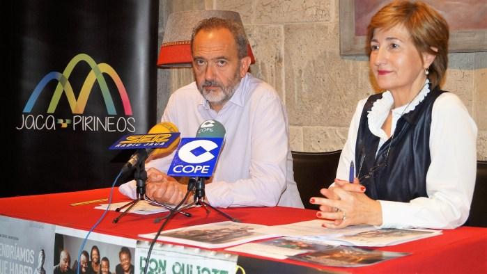 AGENDA CULTURAL. Acín y Lacasta, durante la presentación de la agenda. (FOTO: Rebeca Ruiz)