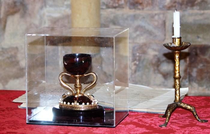 SANTO GRIAL. Historia y leyenda bajo la roca es el título de la visita teatralizada a San Juan de la Peña. En la imagen, parte del atrezzo. (FOTO: Rebeca Ruiz)