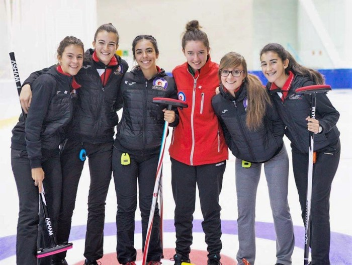 CURLING. De izquierda a derecha, las jugadoras Leyre Torralba, Nerea Torralba, Daniela García, Emma López, Carmen Pérez y Helena Torralba. (FOTO: CHJ)