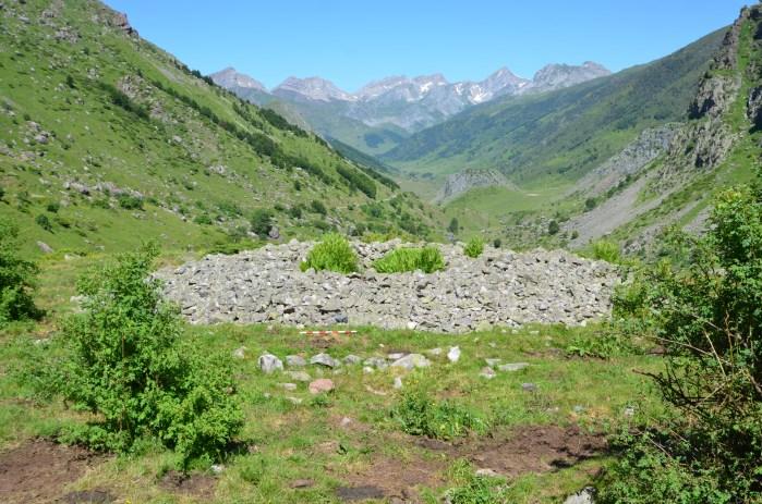 DÓLMENES. Restos del dolmen de El Salto (Guarrinza, Ansó). El Pirineo ofrece una posibilidad única de mezclar rutas culturales y naturales.