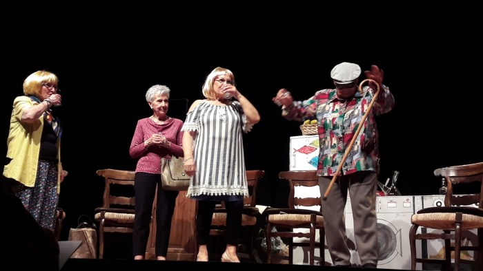 MIS PRIMERAS VACACIONES. Actrices del grupo de teatro del centro de adultos Jacetania.