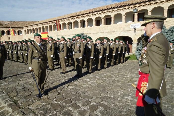 DÍA DE LA INMACULADA.  El Coronel Jefe del Regimiento Galicia da novedades de la Fuerza al Teniente General Aznar, que preside los actos.  (FOTO: RICZM)