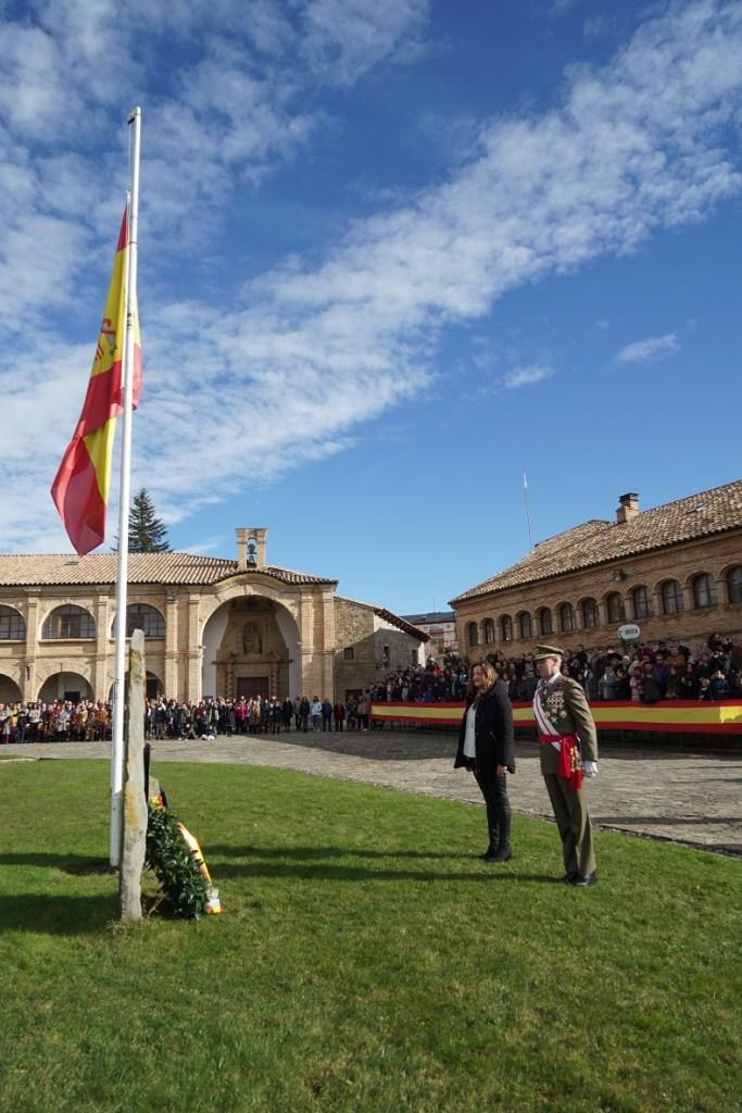 DÍA DE LA INMACULADA. La subdelegada de Gobierno en Huesca, Isabel Blasco, y el Teniente General Aznar ofrecen una corona a los caídos. (FOTO: RICZM)