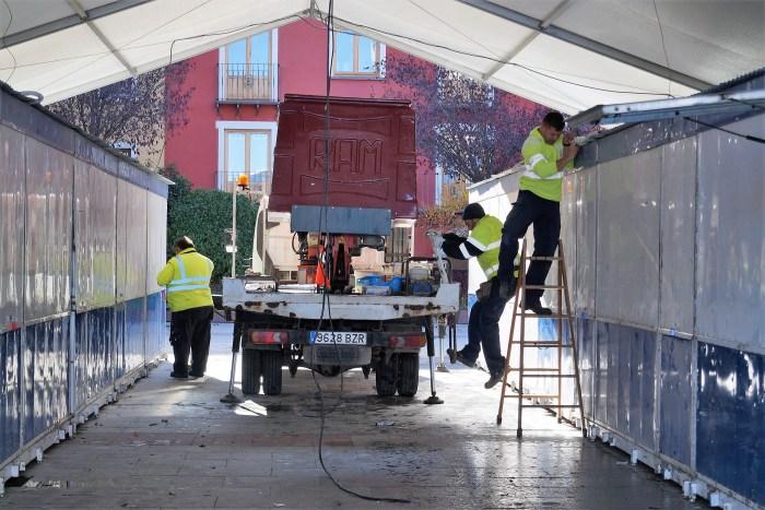 MERCADO SOLIDARIO 2019. Se ultiman los preparativos en la Plaza de Biscós. (FOTO: Rebeca Ruiz)