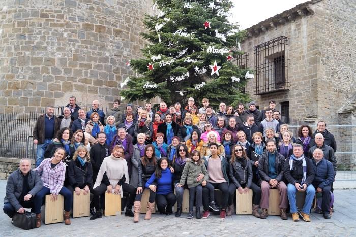 MERCADO SOLIDARIO. El Grupo Vocal Doña Sancha y Voces de Oroel, junto a los usuarios de Atades (Valentia), han inaugurado el Mercado Solidario. (FOTO: Rebeca Ruiz)