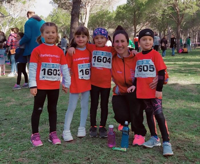 Las chicas de iniciación femenino, con su entrenadora Eva Torronteras. (FOTO CA Jaca)