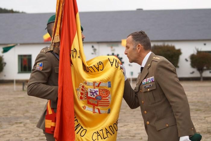 RELEVO DE MANDO DEL CORONEL JEFE DEL REGIMIENTO GALICIA. El Coronel David Vaquerizo se despide de la bandera. (FOTO: Rebeca Ruiz)