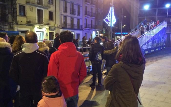PLAZA DE BISCÓS. Animación en la primera jornada del Mercado Jaca Pirineos. Cola para el tobogán gigante.