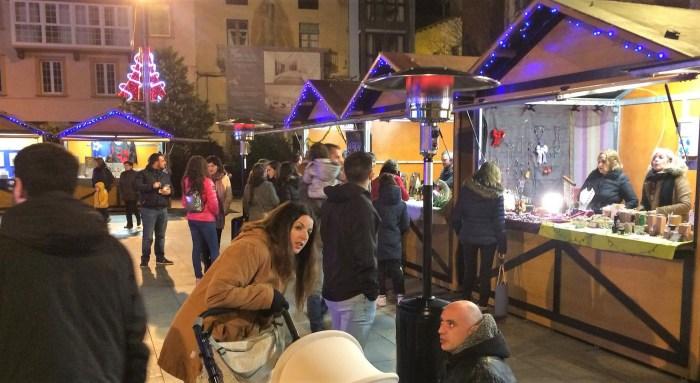PLAZA DE BISCÓS. Animación en la primera jornada del Mercado Jaca Pirineos.